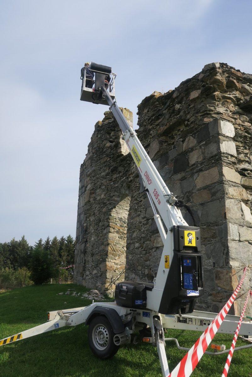 Arbeidskran inntil ruin