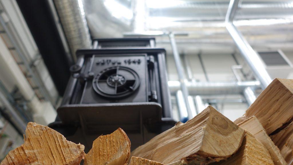 Bilde av en jøtulovn. Den yngste ovnen i undersøkelsen var en kasseovn, representert ved JØTUL 1940. Foto: SINTEF