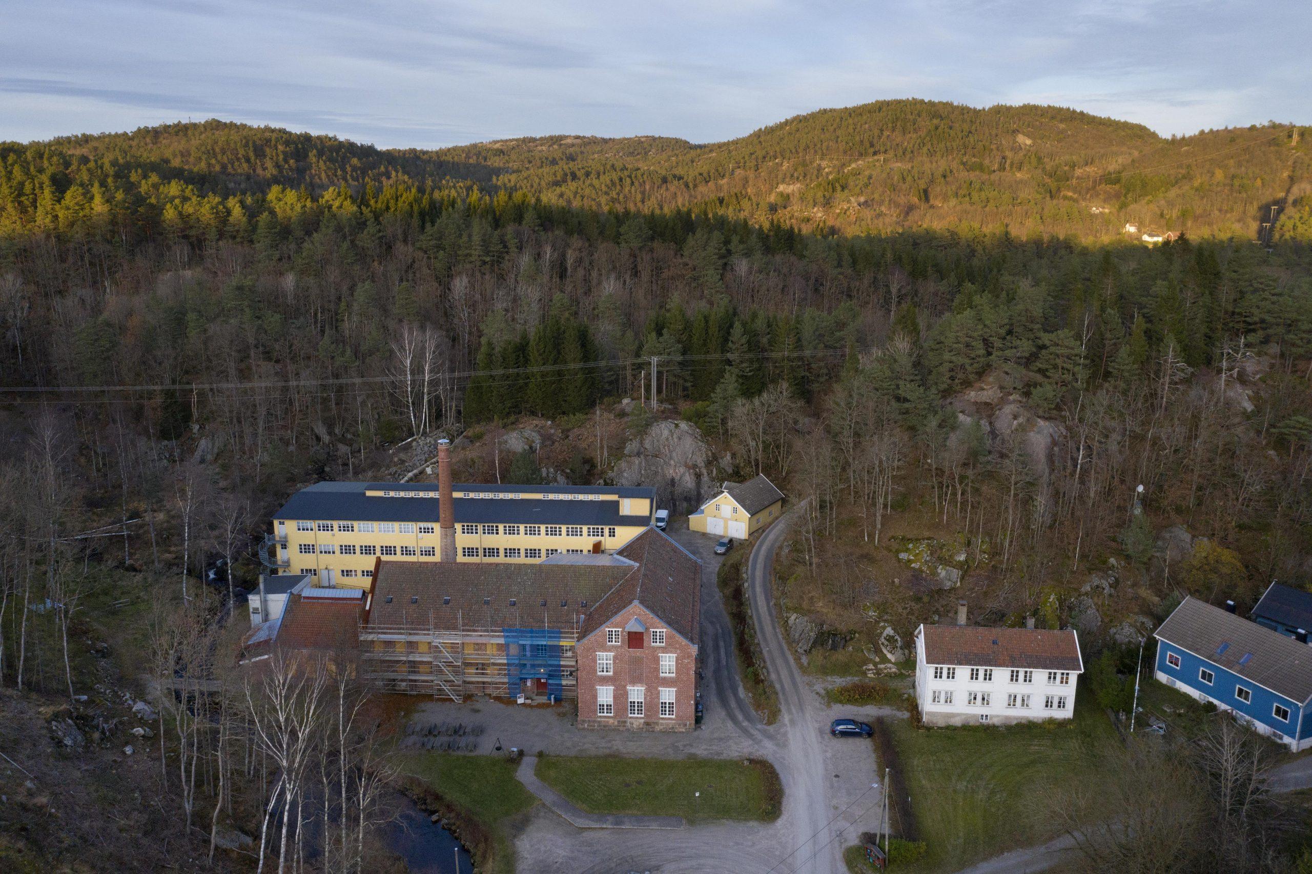 Flyfoto av Sjølingstad Uldvarefabrik. Foto er tatt av Trond A. Isaksen, Riksantikvaren