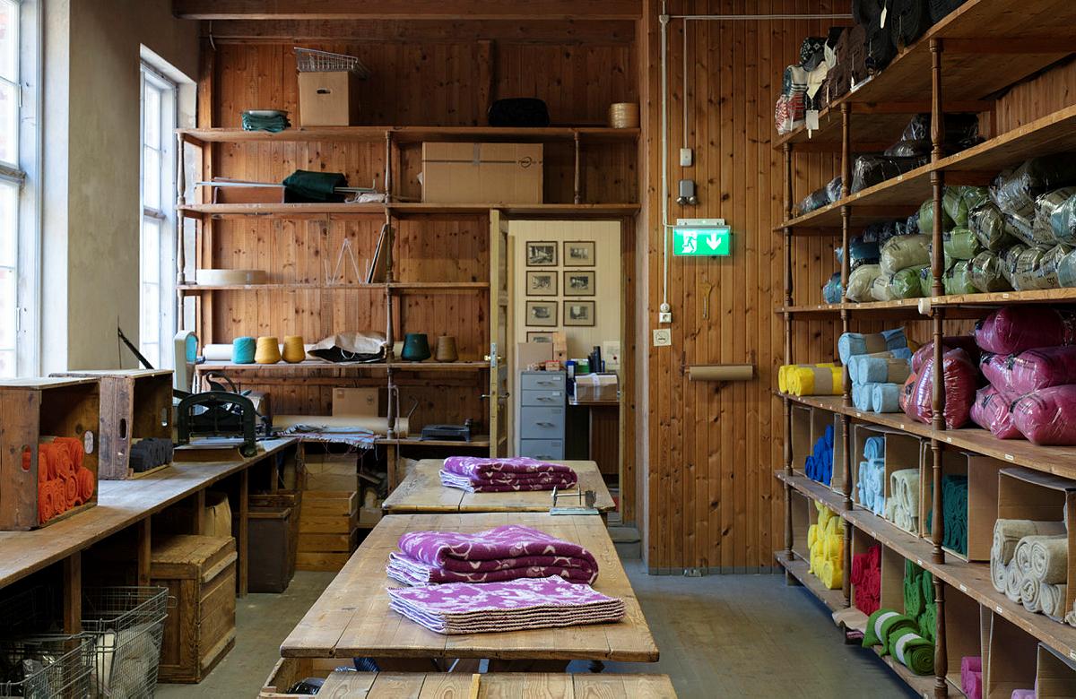 Bilde av ferdige tepper og garn klare for salg. Foto: Trond Isaksen