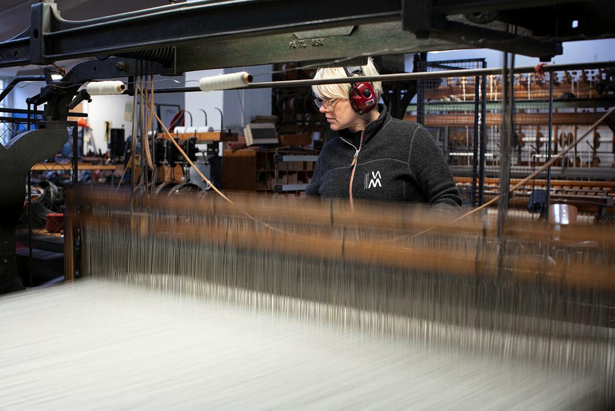 Bilde viser veven og hvordan Dresstoff veves på en av skaftevevstolene. Foto: Trond A. Isaksen, Riksantikvaren