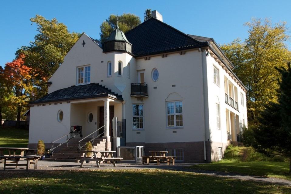 Bilde av Solheim. Fra 1949-1992 var Solheim spesialskole, først i leide og senere i statlig eide lokaler og deretter brukt til ulike kommunale formål. Fra 2005 har bygningen huset Lunner barneskole. Foto: Riksantikvaren