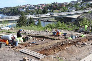 Bilde viser en arkeologisk utgraving i forbindelse med Sotrasambandet. Foto er tatt av Leif Inge Åstveit, Universitetsmuseet i Bergen