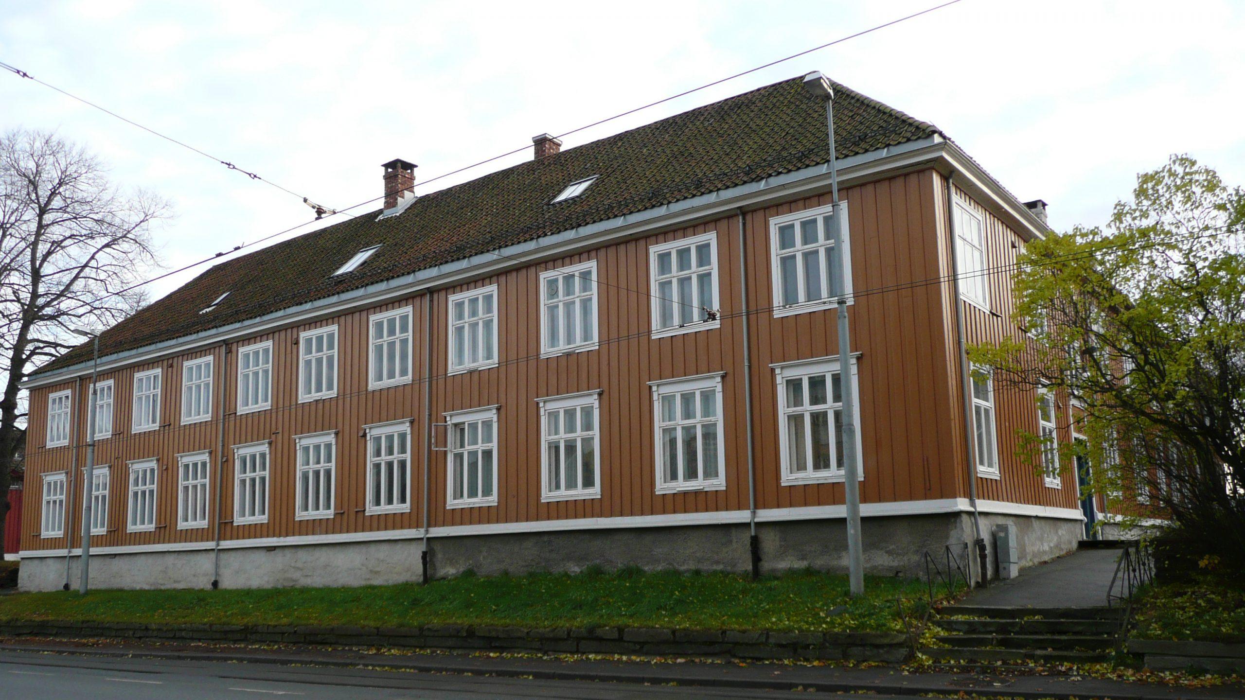 Bildet viser det orgerlige sykehus fra 1805, i Kongensgt. 93 i Trondheim.. Foto er lånt av Statsbygg