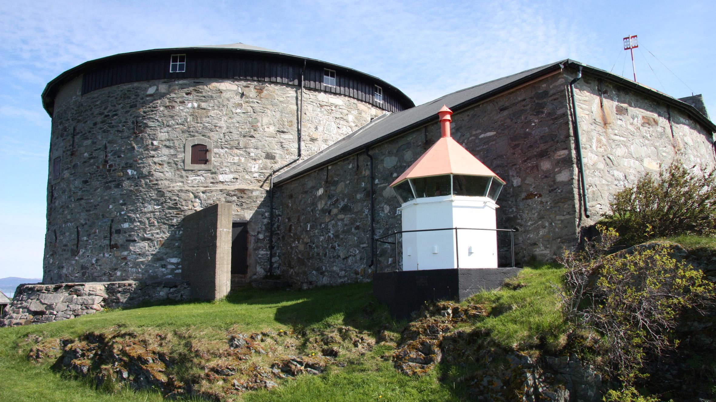 Bildet viser bygningene og uteområdet til Munklholmen. Foto er lånt fra. Statsbygg.