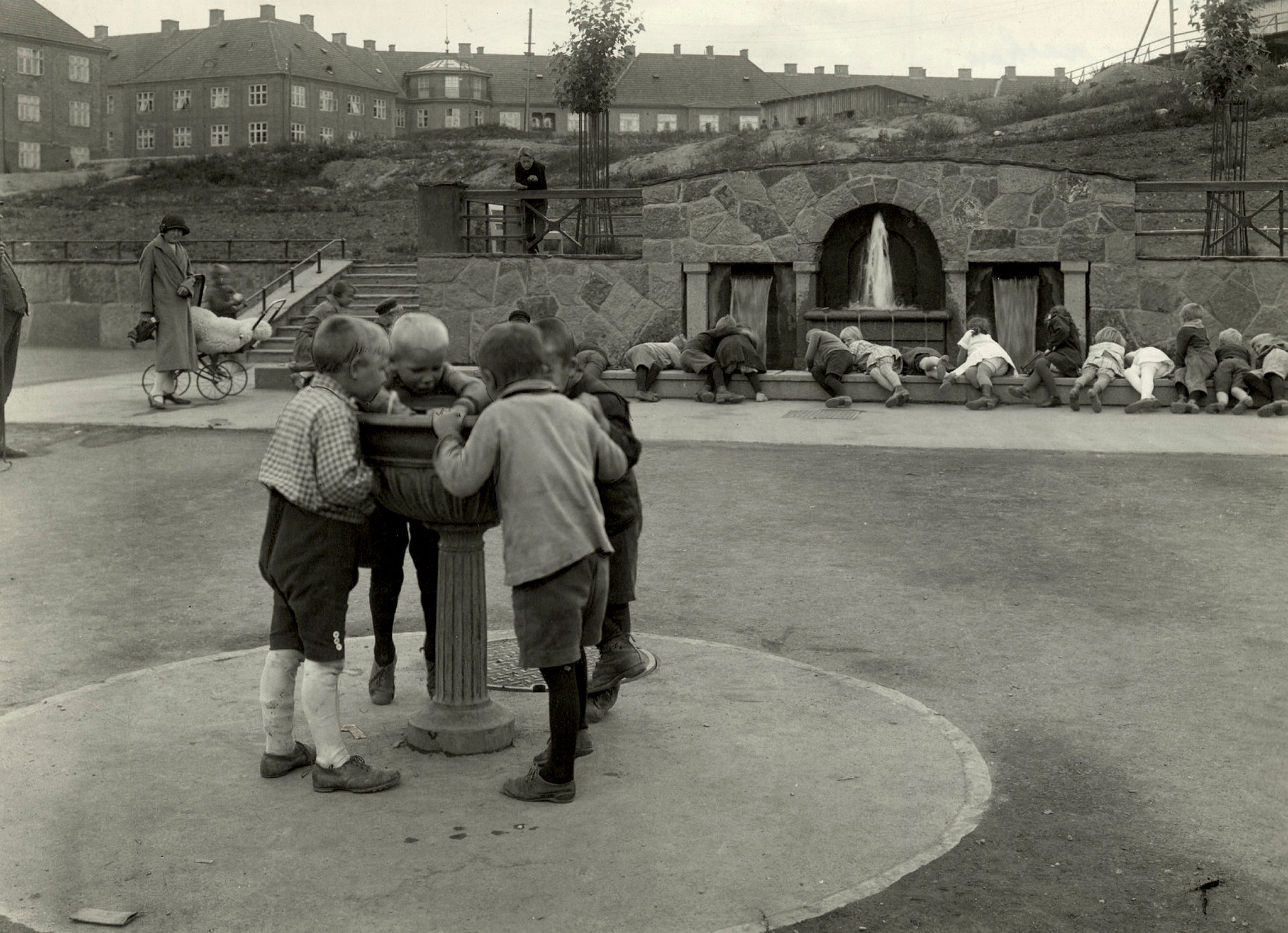 Barn samlet rundt fontene i Torshovparken