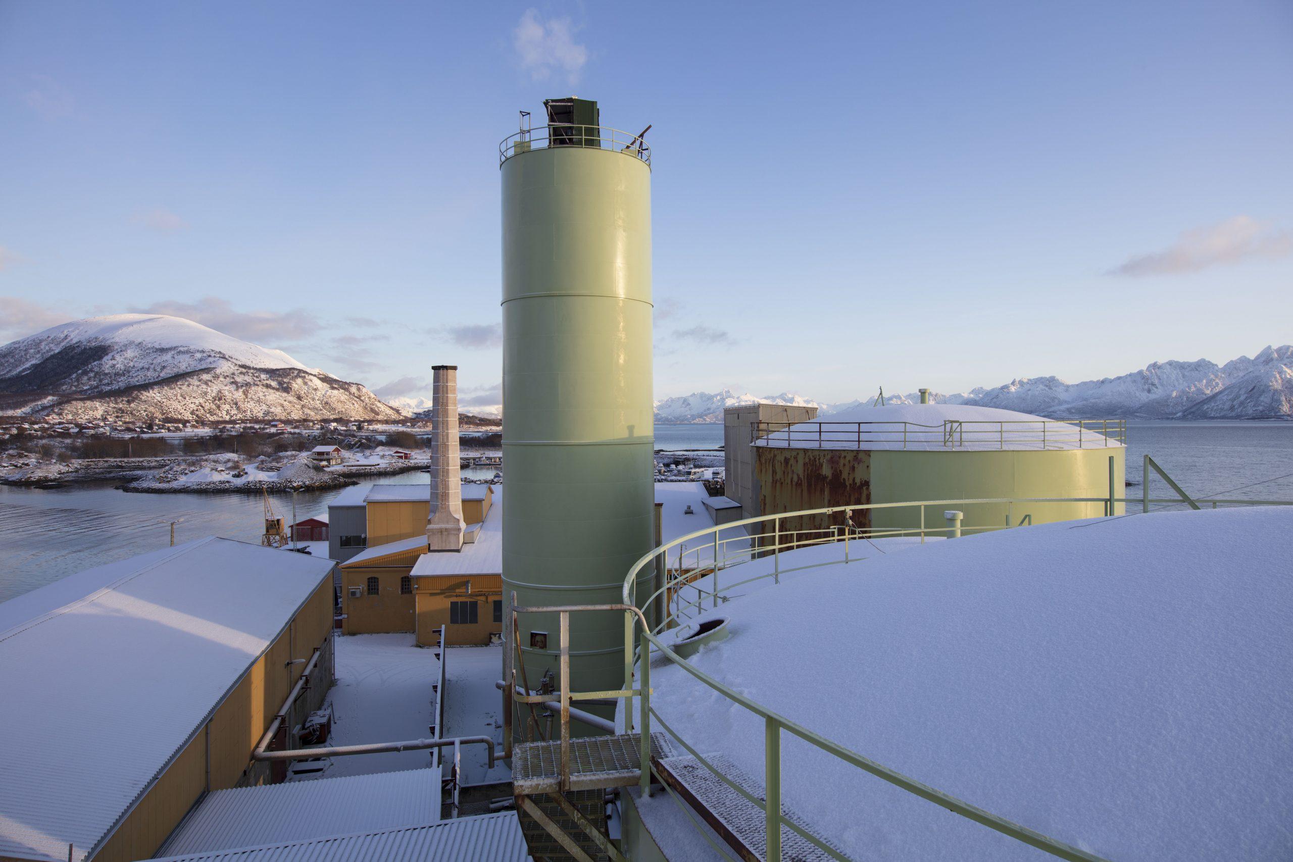 Bilde av syklontårnene til sildeoljefabrikken. Fotograf er Trond Isaksen
