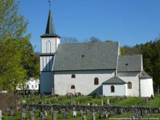 bildet viser Tanum kirke, Brunlanes, er en av de 159 middelalderkirkene i stein i Norge. Foto fra Kirkebyggdatabasen: Torild Granhaug