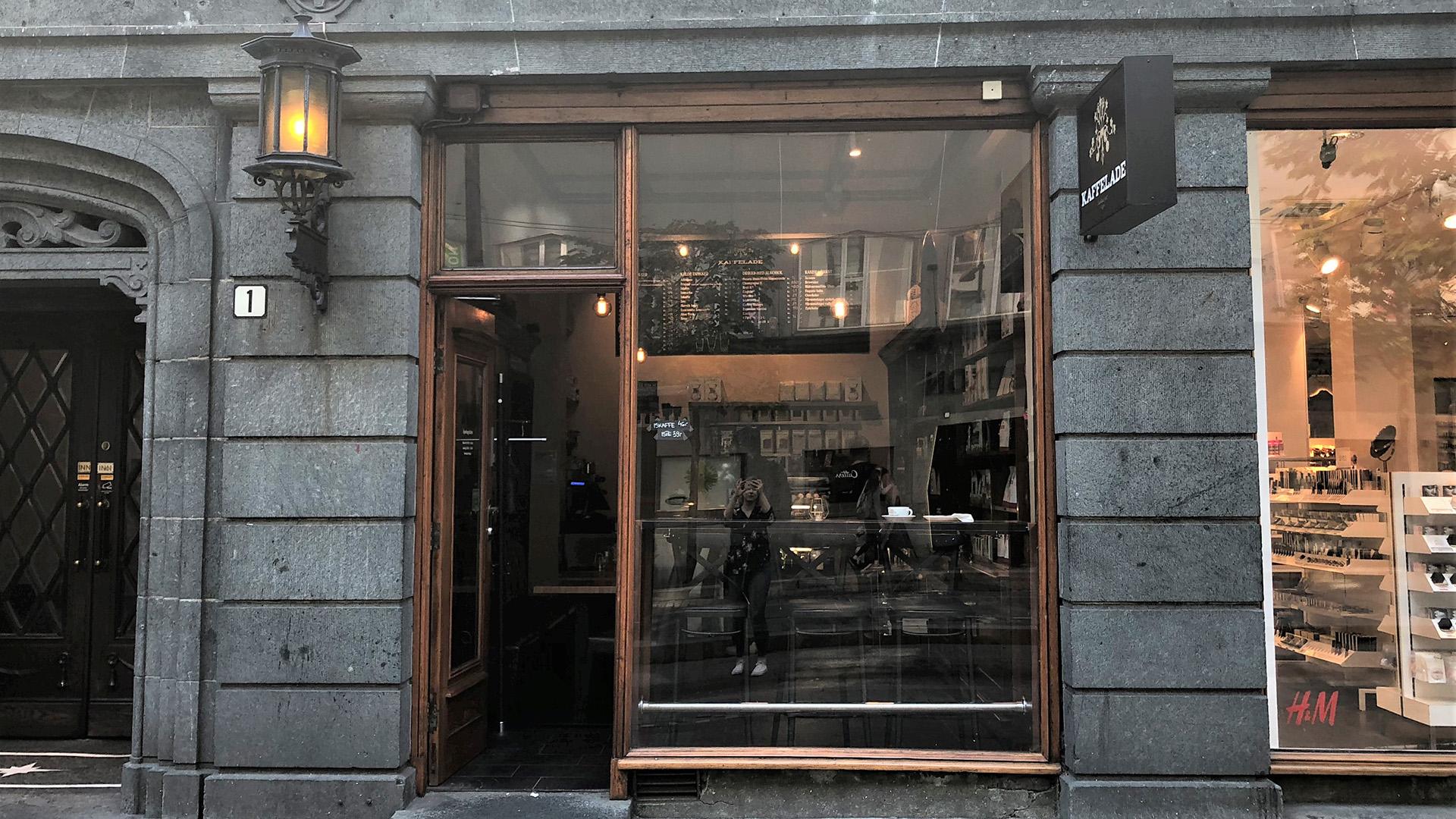 Bildet av Tobakksbutikken Reimers. I dag er det kafeen Kaffelade som held til i den tidlegare tobakksbutikken Reimers & Søns eftf. i Olav Kyrres gate 1 i Bergen. Fasaden er ikkje freda. Foto er tatt av Linn Brox, Riksantikvaren