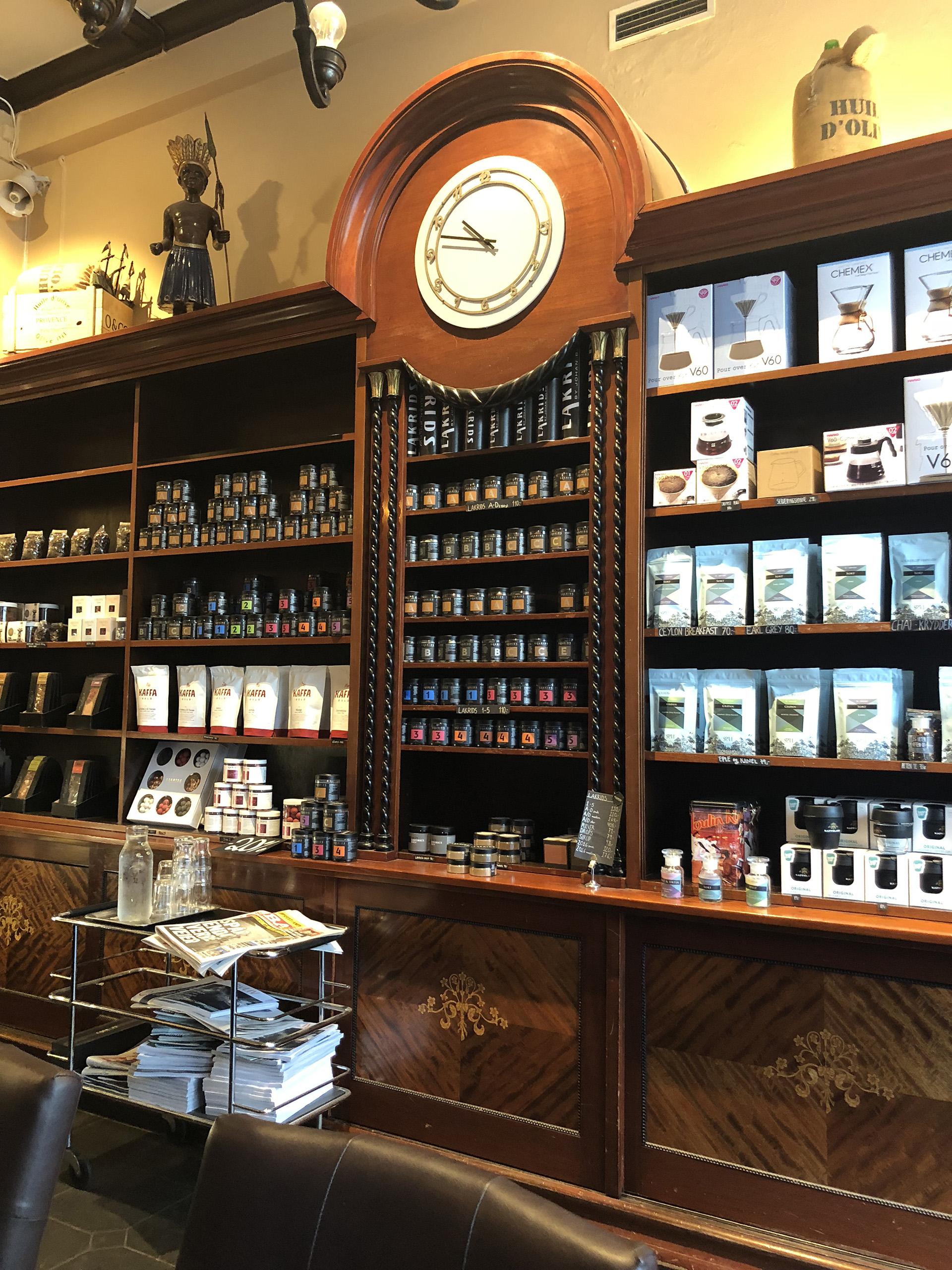 Bilde av innsiden av butikken. Det er godt bevart forretningsinteriør frå mellomkrigstida.. Foto er tatt av Linn Brox, Riksantikvaren
