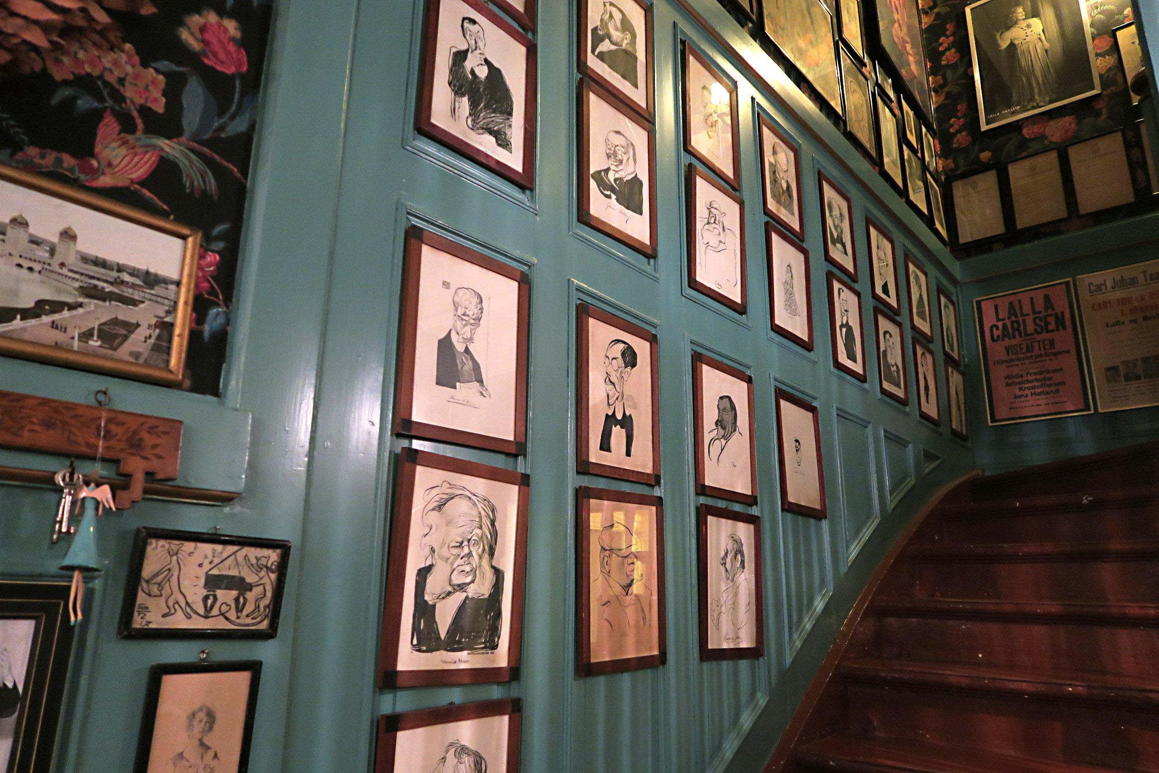 Bilde fra innsiden av huset. Portretter og andre gjenstander i huset forteller en betydelig revy- og teaterhistorie. Foto er tatt av Karen Thommesen, Riksantikvaren