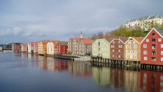 Bilde av bryggen i Trondheim, hvor konferansen starter. Foto er hentet fra Riksantikvarens arkiver