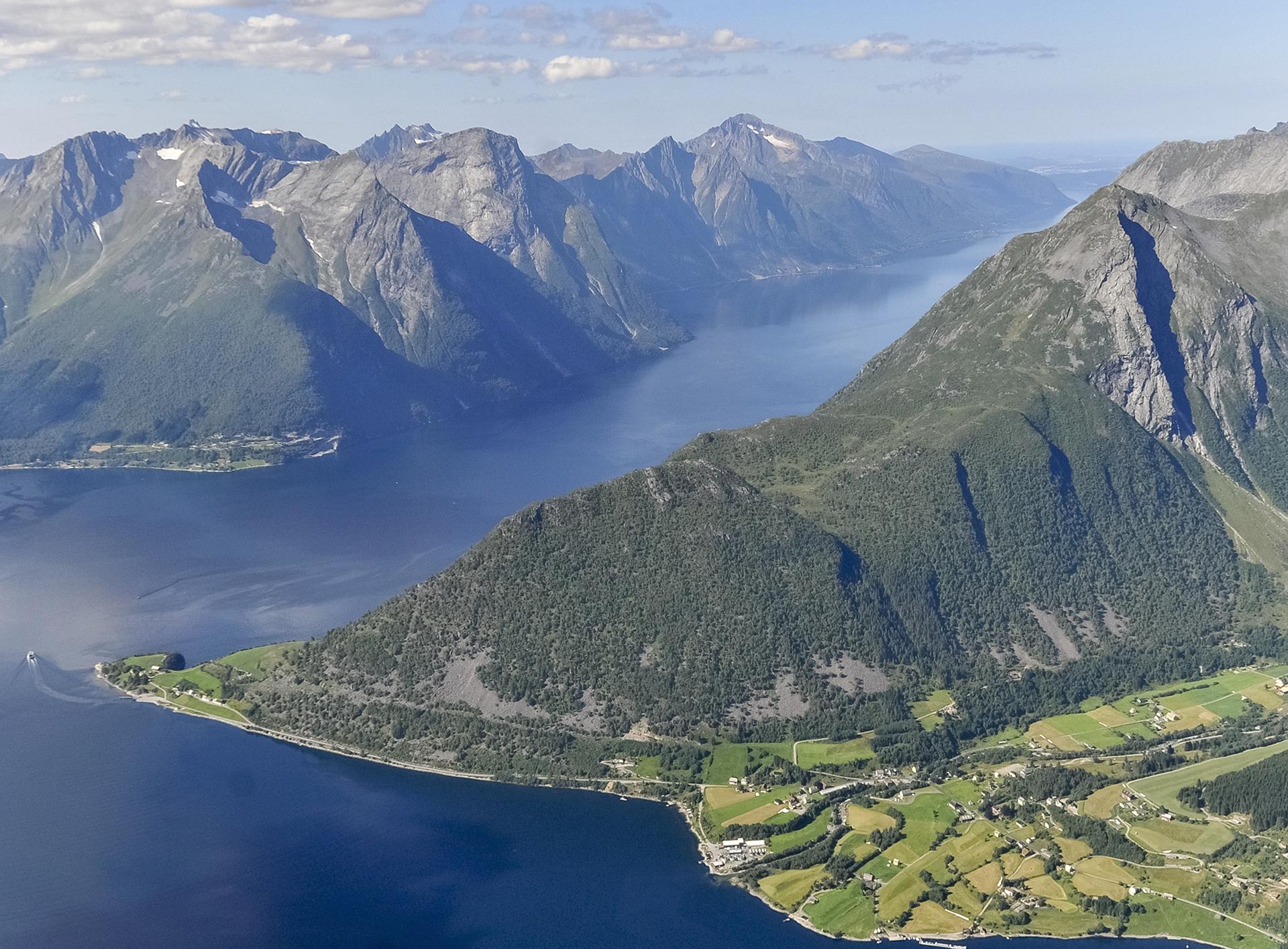 Flyfoto av Norangsdalen - Hjørundfjorden. Foto: Per Urke