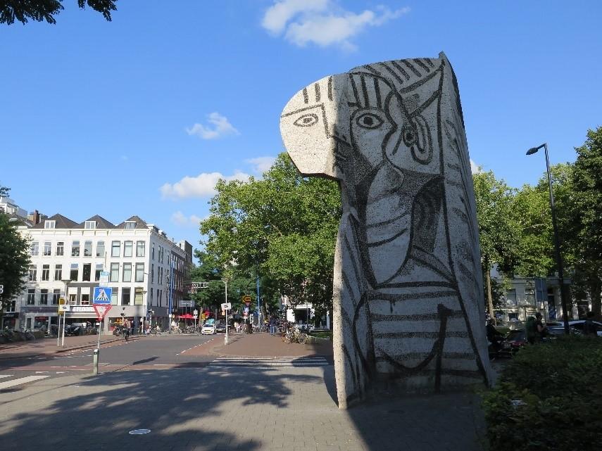 Picassos statue «Sylvette» i Rotterdam, med mønster som er sandblåst inn i slettstøpt betong