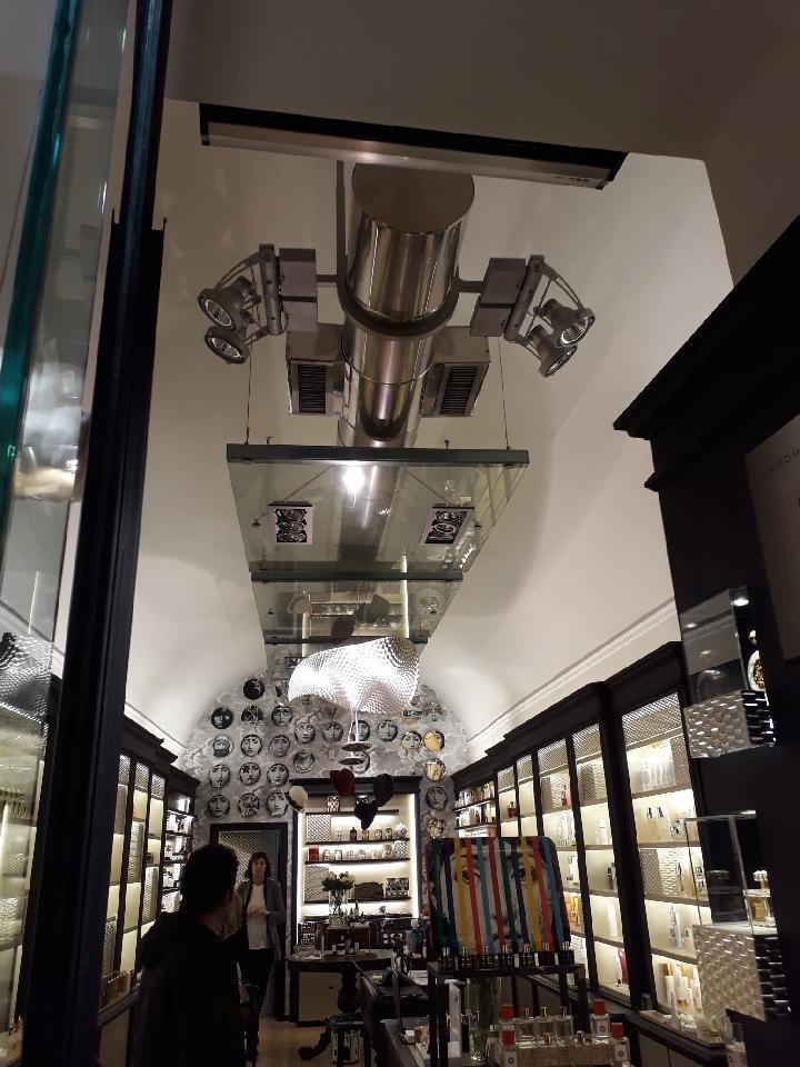 Butikklokale i Roma hvor nyere teknisk tillegg er gjort til et bevisst synlig og kontrasterende innslag i rommet