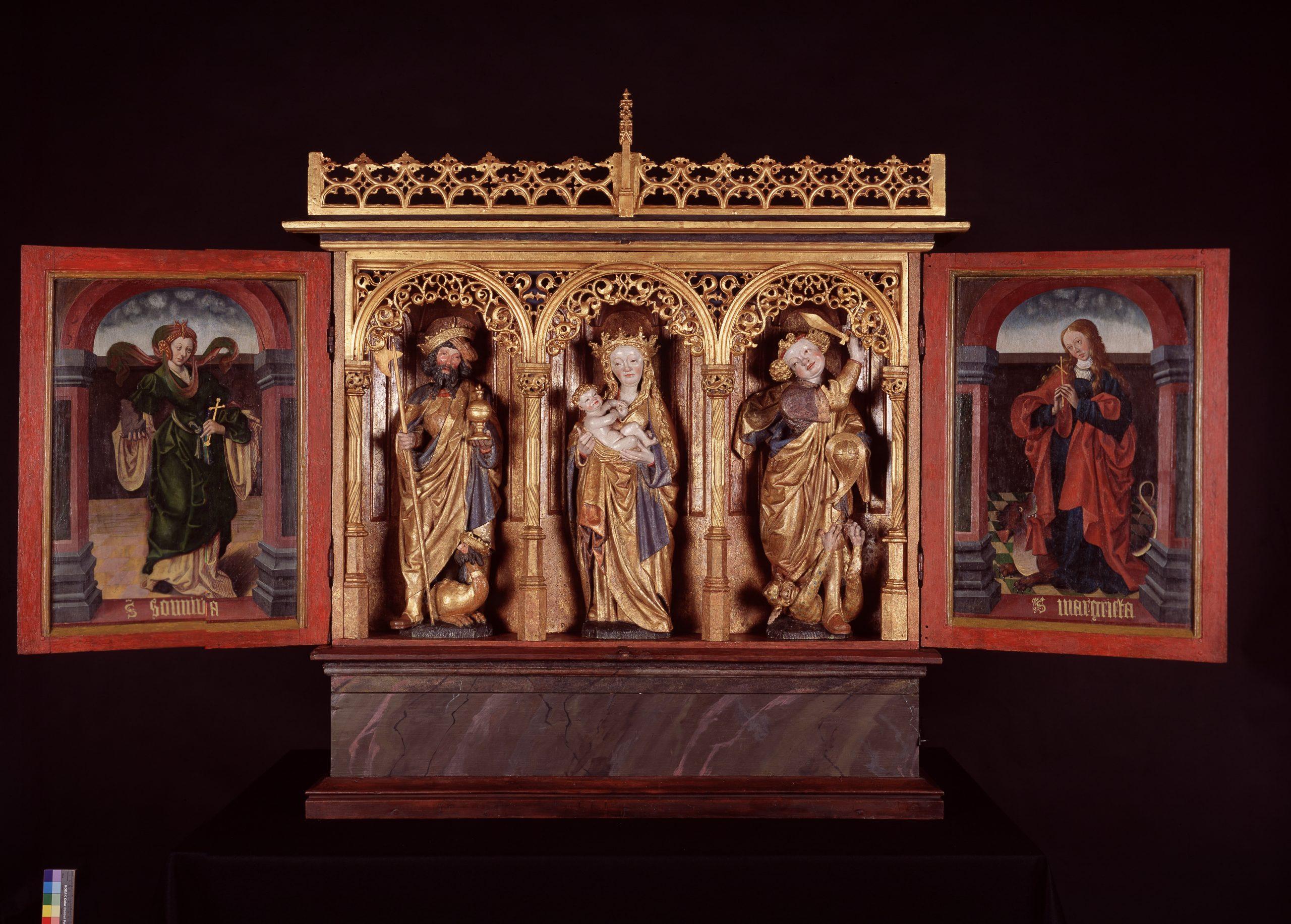 Bilde av alterskapet i Leka kirke