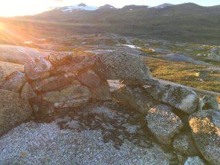 Utsnitt av lanskapsbilde av Narvikfjellene i solnedgang