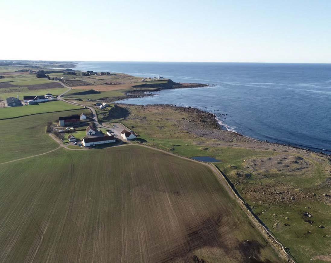 Hå gamle prestegård med strandgravfeltet til høyre. Bak i bildet skimtes Obrestad fyr.