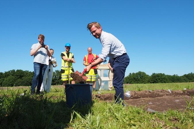 Klima- og miljøminister Sveinung Rotevatn tok første spadestikk på Gjellestad (arkeologisk utgraving)