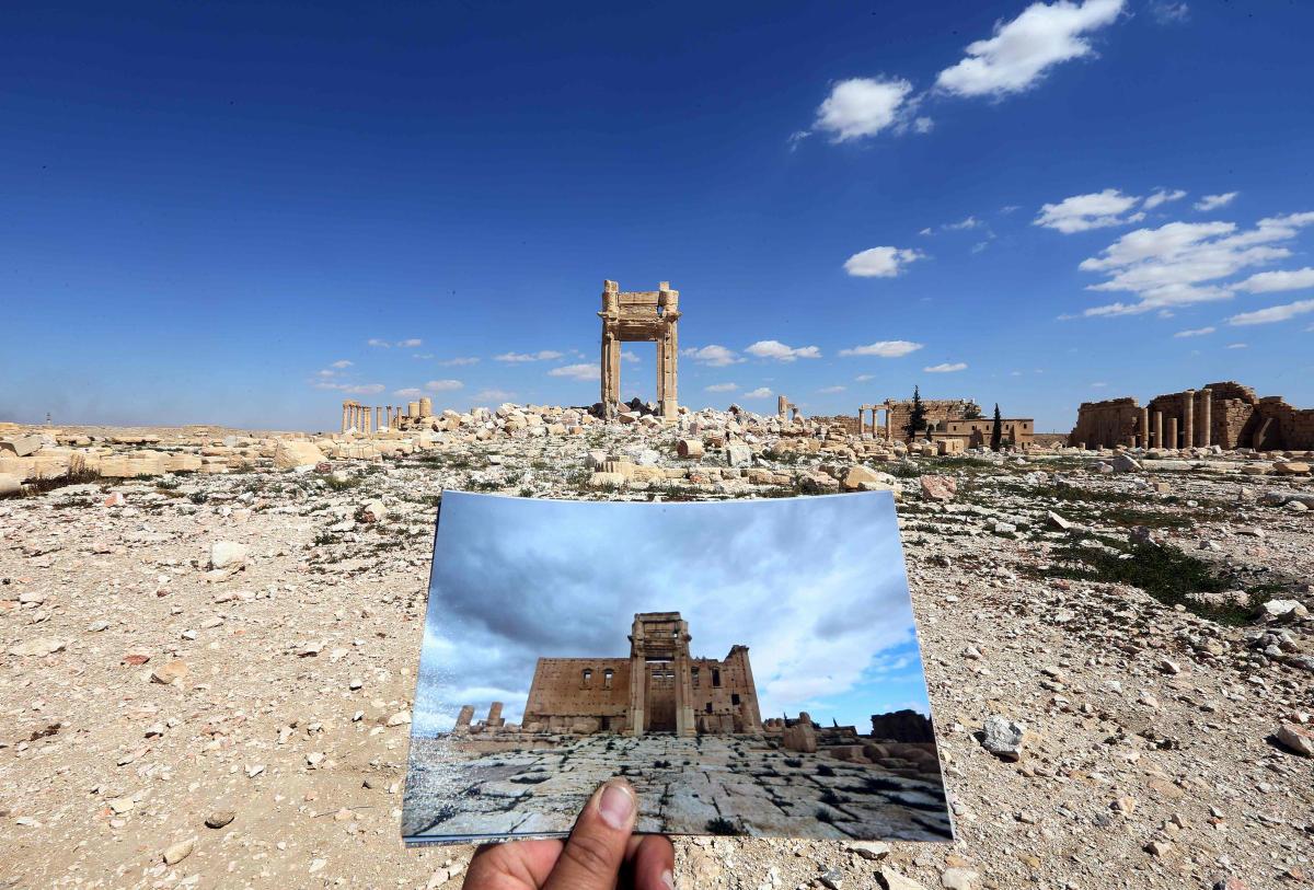 Bildet er tatt i 2016, ett år etter ISIL plyndret og raserte det historiske stedet Palmyra i Syria. I forgrunnen holdes det opp et fotografi som viser hvordan det historiske Baal tempelet så ut før ISIL okkuperte stedet. Dette er ett av mange bygg og monumenter i Palmyra som ble ødelagt av den jihadistiske gruppen. I 2019 klarte kurdiske styrker å ta tilbake området, men da var allerede ødeleggelsene fullstendige. Å ødelegge kulturminner på denne måten er en enkel metode for å skaffe seg oppmerksomhet, Palmyra er et av flere kulturminner som har blitt ødelagt av ISIL.