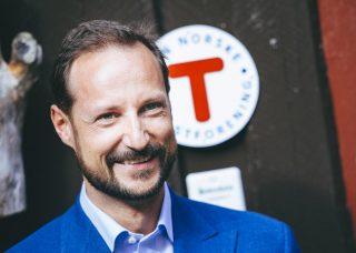 Kronprins Haakon foran DNT-skilt
