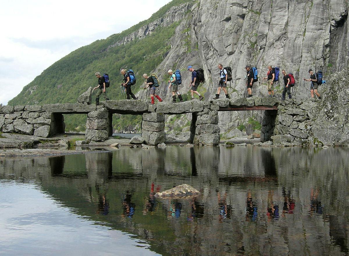 Turgåere som går tur langs Driftavegen i Viglesdalen