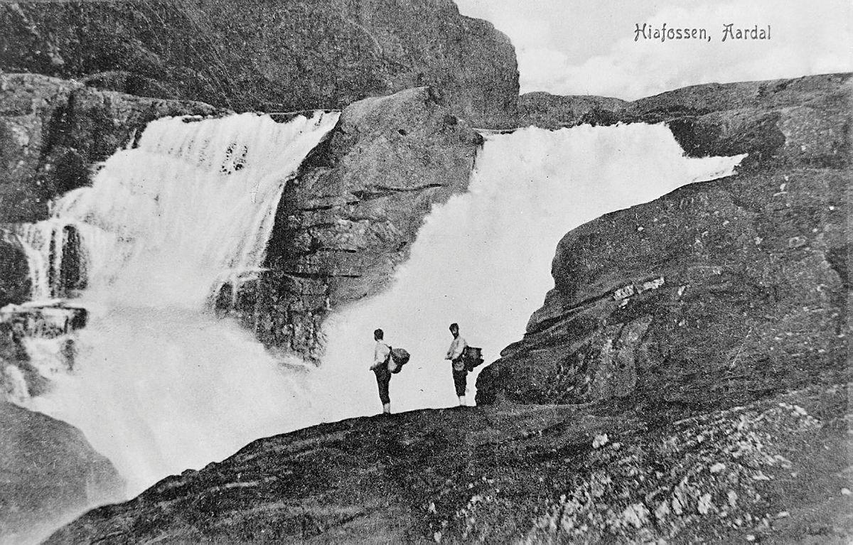 Historisk foto Viglesdalen, med turgåere foran Hiafossen
