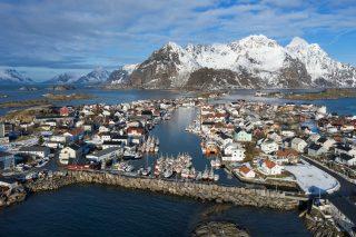 Henningsvær under Lofotfisket i 2020