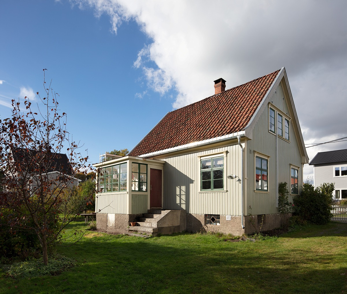Bilde av den hvite trevillaen Villa Dammen