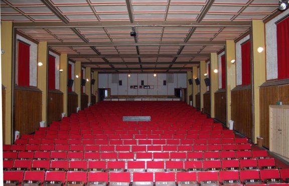 Bilde av Kinosalen i Dombås kino. Det flotteste og best bevarte rommet i bygningen er selve kinosalen med scene. Foto: Magnhild Apeland, Oppland fylkeskommune