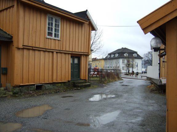 Bilde av gårdsplassen med utsyn mot torget. Foto: Akershus fylkeskommune
