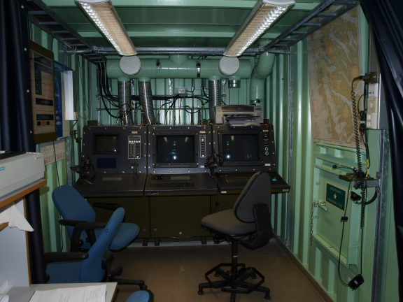 Bilde inne i Herdla Torpedobatteri. Kommandoplassen i torpedokontrollrommet. Foto: Anne Midtrød, Riksantikvaren