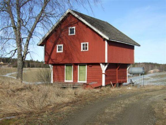 Bilde av det røde stabburet på Jøndal Østre. Foto: Bård Langvandslien, Riksantikvaren