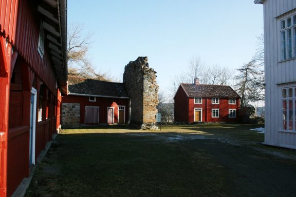 Gårdens hovedbygning er sammenbygget med ruinen etter klosterkirken. Foto: Linda Veiby, Riksantikvaren