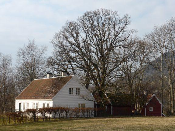Bilde av Fruehuset. Fruehuset, er eit kvitmåla bustadhus frå ca 1860 vart bygd for ei presteenkje og døtrene hennar. Foto: May Britt Håbjørg, Riksantikvaren