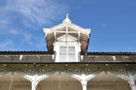 Foto av sørfasaden til hovedhuset på Solhaug. Huset er vakkert dekorert. Foto: Leif Anker/Riksantikvaren