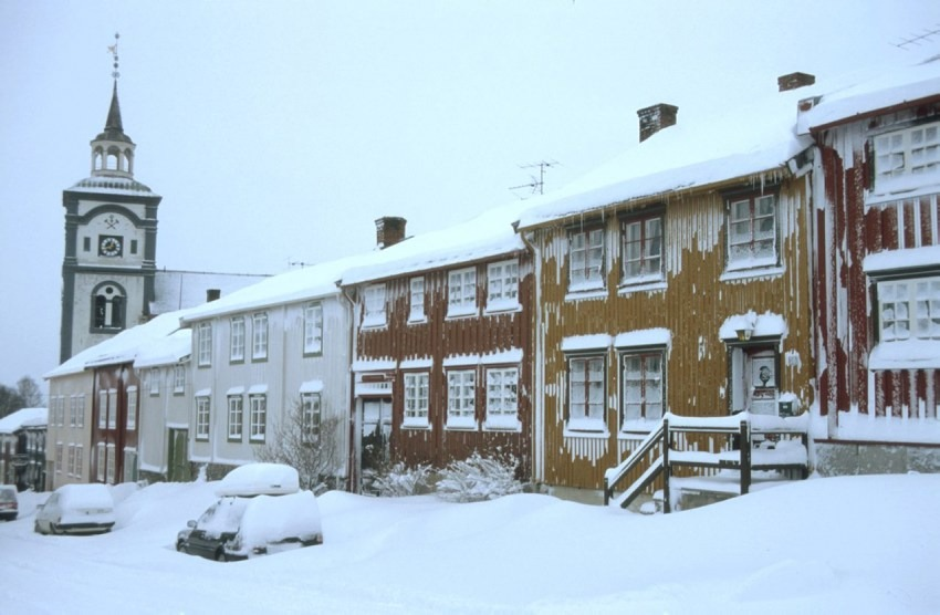 Røros Kjerkgata in Røros on a cold winter's day. Photo: Trond Taugbøl, the Directorate for Cultural Heritage