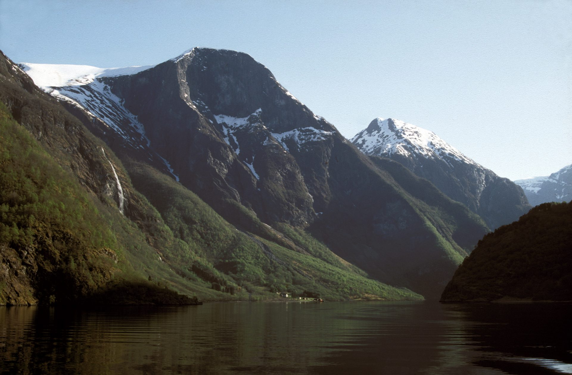 Photo of Styvi Gaard, an old farm, by the sea in Nærøyfjord. It is part of the West Norwegian Fjords World Heritage site. Photo: Trond Taugbøl, the Directorate for Cultural Heritage