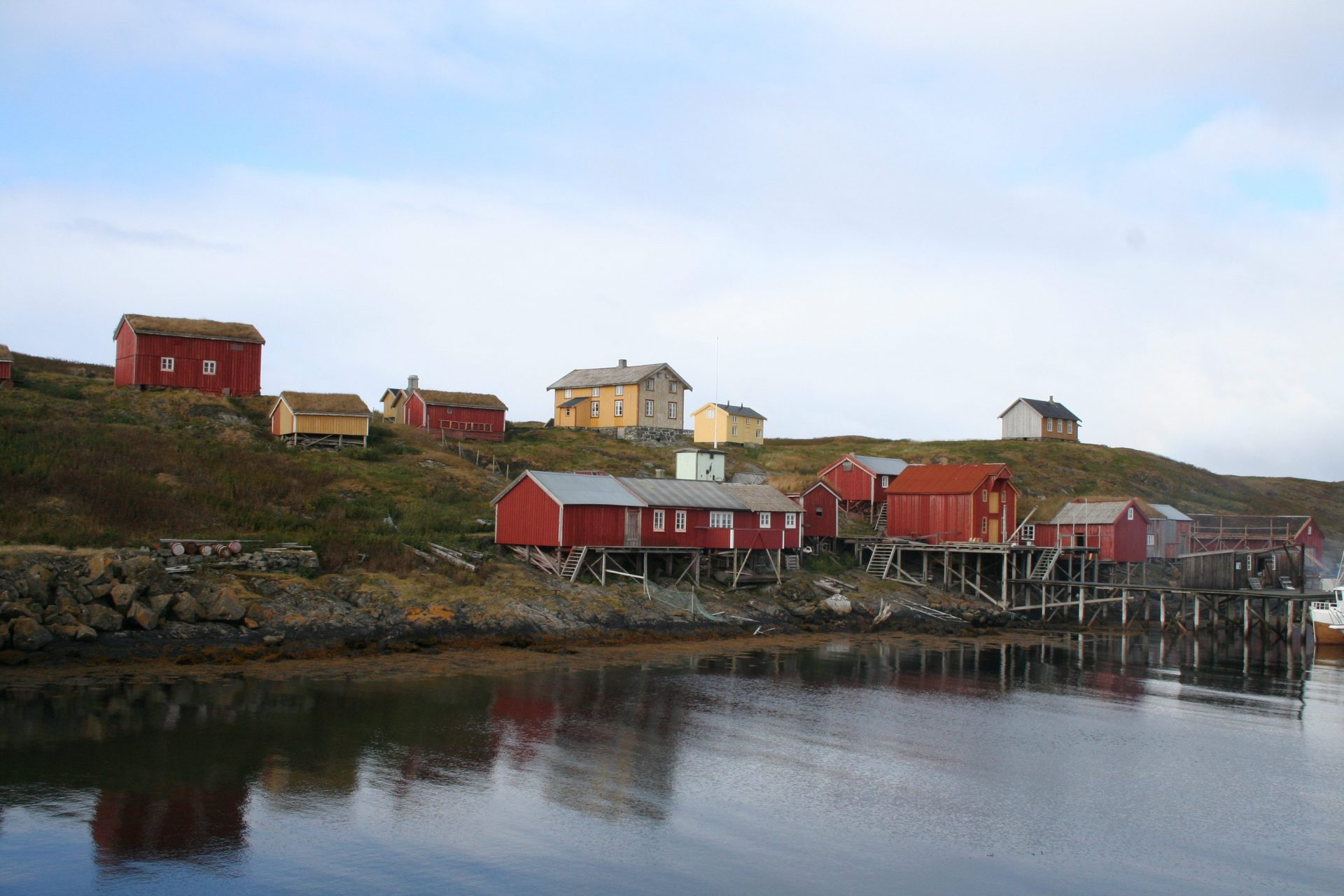 Photo of the buildings by the shore at the Vega Archipelago. Photo by Jon Brænne, the Directorate for Cultural Heritage