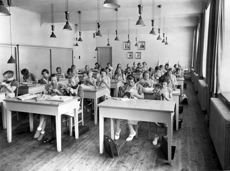 Jenteklasse, jenter som syr, håndarbeid. Møllergatens skoles utvidelse, 1933