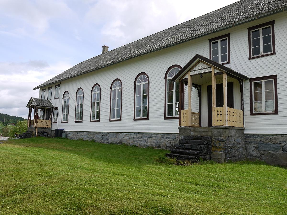 Bilde av Vonheim bygdeforsamlingshus, ett hvitt trehus med brune vinduskarmer