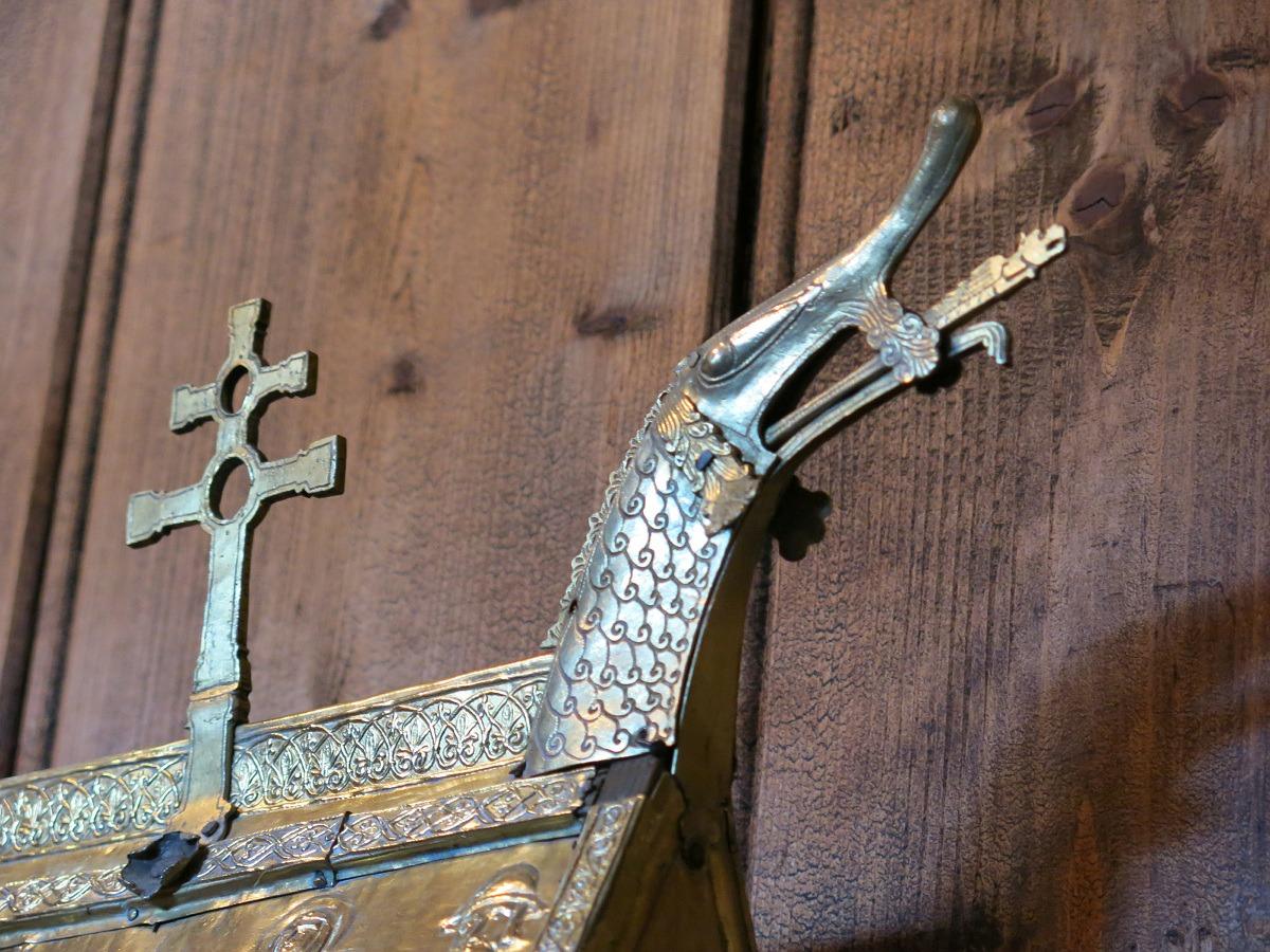 Detalj med dragemøne fra relikvieskrinet i Hedalen stavkirke