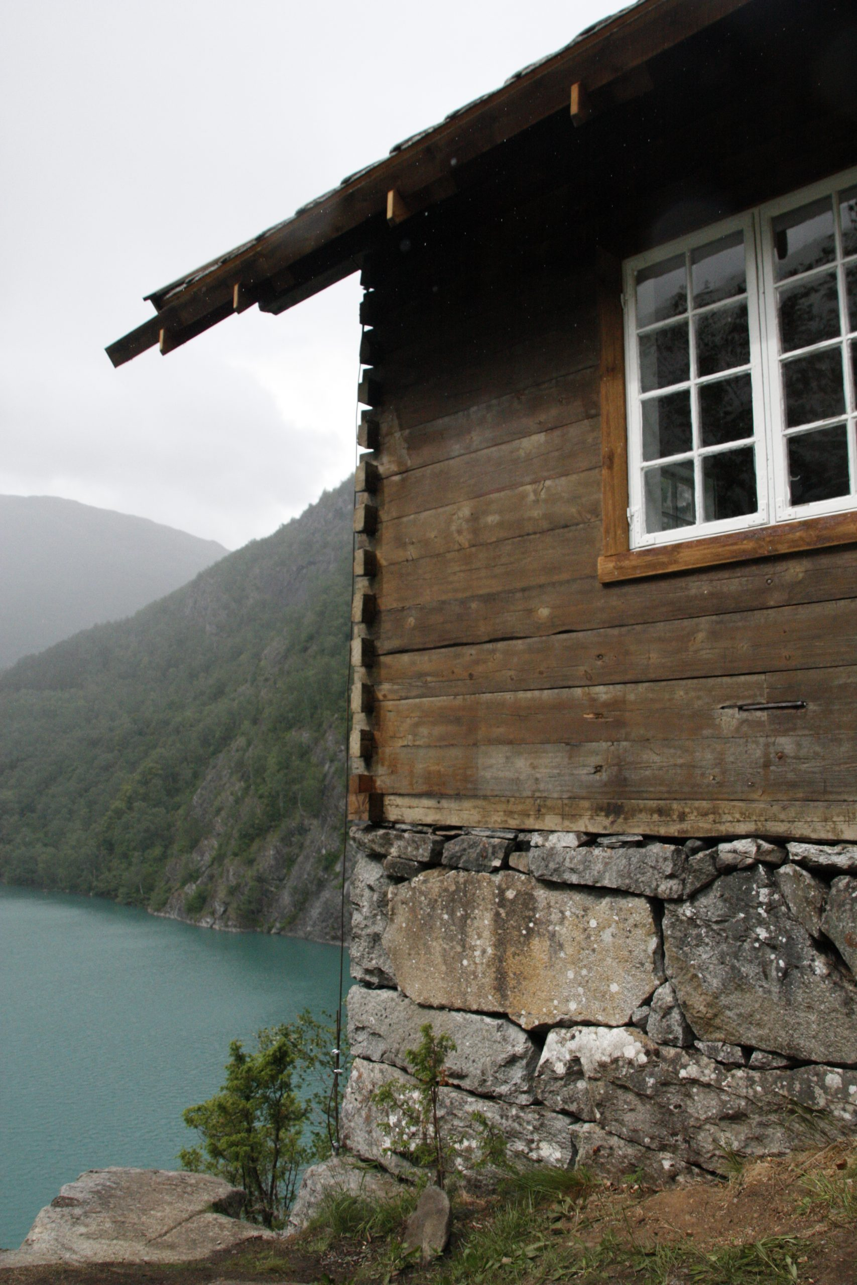 Bilde av Wittgenstein sitt hus, sett frå hjørnet av huset ut over ein tåkete fjord.