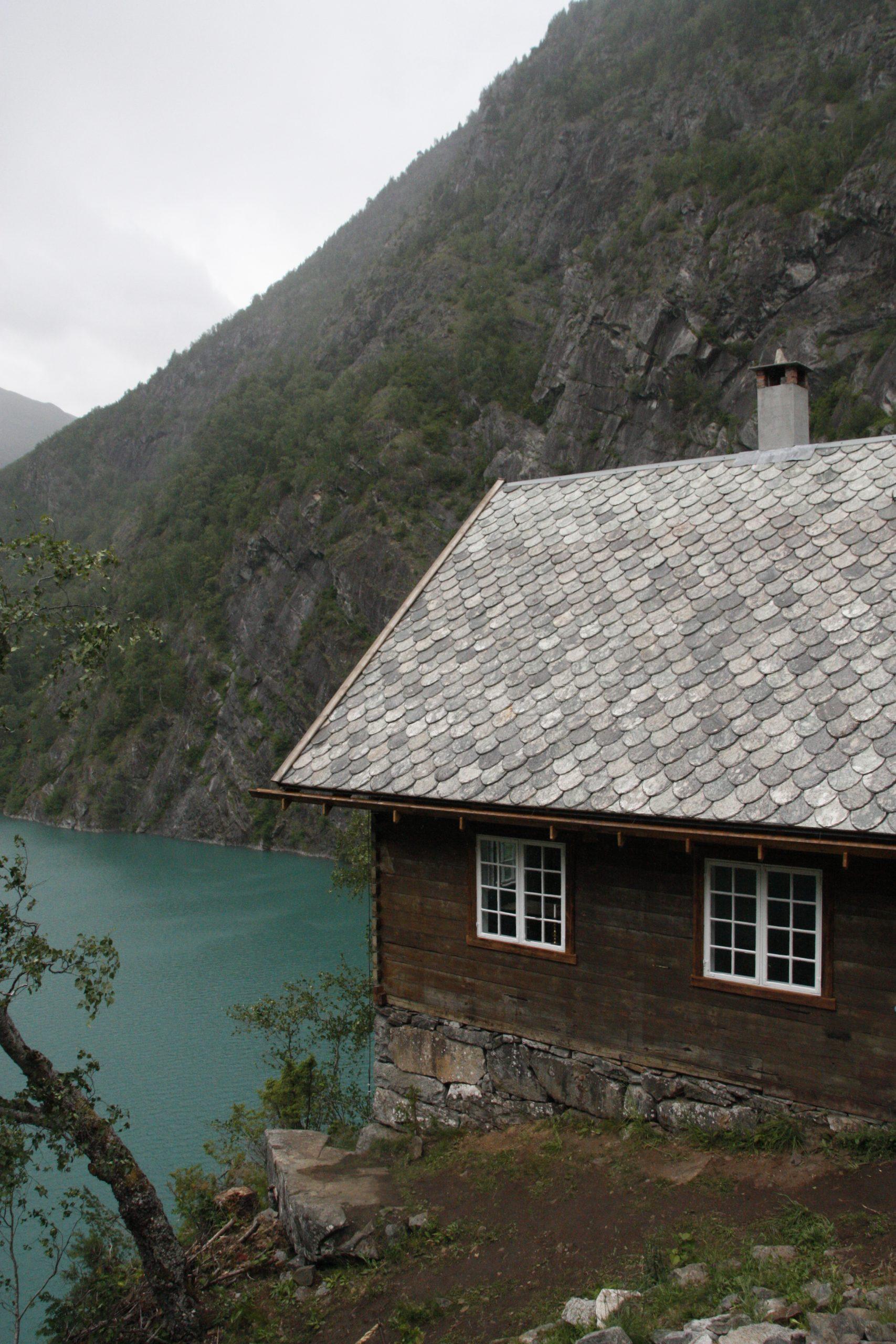 Bilde av Wittgenstein sitt hus med utsikt over fjorden