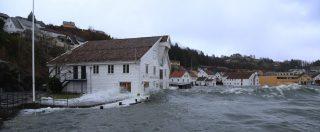 Nessasjøhuset er et varehus fra 1850 som i dag huser Ryfylkemuseet. På bildet er det høy sjø.